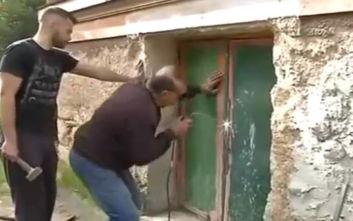 Μαρούσι: Σφραγίζει με λαμαρίνες η ΕΛ.ΑΣ. την είσοδο της έπαυλης Κουβέλου