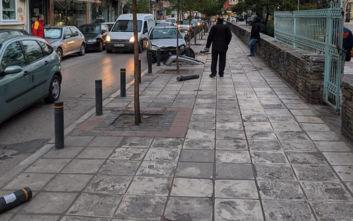 Θεσσαλονίκη: Τρελή πορεία οχήματος που καρφώθηκε σε κολωνάκια