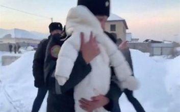 Καζακστάν: Συγκλονιστικό βίντεο από τη διάσωση μωρού από τα συντρίμμια του αεροπλάνου