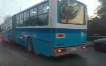 Το λεωφορείο «κρέμασε» και σχημάτισε γωνία