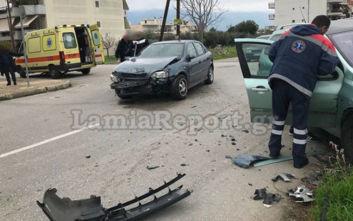 Γερή σύγκρουση αυτοκινήτων σε επικίνδυνη διασταύρωση στη Λαμία