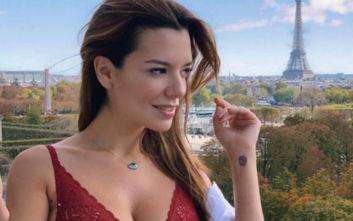 Η Νικολέττα Ράλλη ποζάρει φορώντας τα εσώρουχά της στον Πύργο του Άιφελ