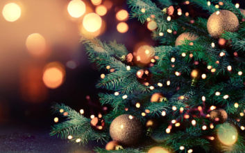 Ο Έλληνας που ανάβει τα χριστουγεννιάτικα φώτα σε πόλεις 80 χωρών