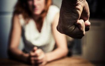 Ιστορίες απελπισίας και πόνου πίσω από κλειστές πόρτες: 4.870 καταγγελίες για ενδοοικογενειακή βία