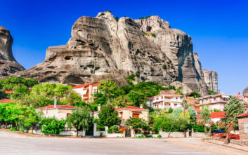Το ελληνικό χωριό με το ωραιότερο φόντο
