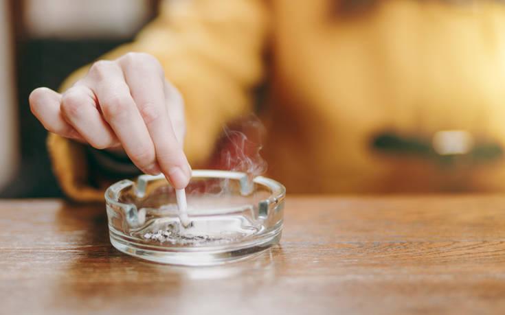 Αντικρουόμενες μελέτες για τους καπνιστές και τον κορονοιό – Ο ρόλος της νικοτίνης