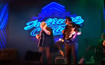 Η σοκαριστική στιγμή που τραγουδιστής πεθαίνει από καρδιακή προσβολή πάνω στη σκηνή