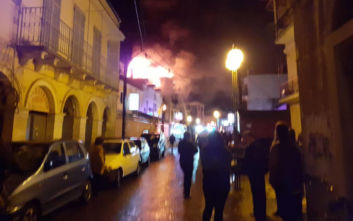 Μεγάλη φωτιά τώρα στην Κέρκυρα: Άνθρωπος κρέμεται από τα κεραμίδια