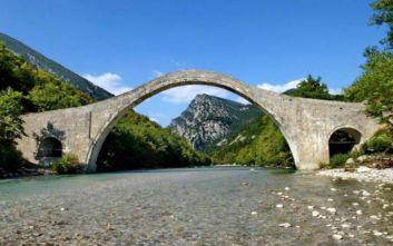 Ξανά όρθιο το ιστορικό γεφύρι της Πλάκας