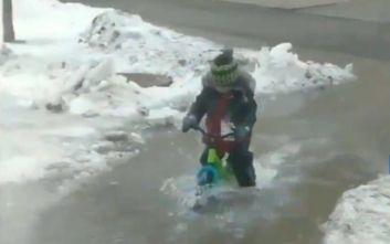 Καναδάς: Αγοράκι κάνει ποδήλατο σε πλημμυρισμένο δρόμο