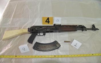 Σύλληψη «τοξοβόλου του Συντάγματος»: Οι φωτογραφίες από τον οπλισμό και η ανακοίνωση της ΕΛΑΣ