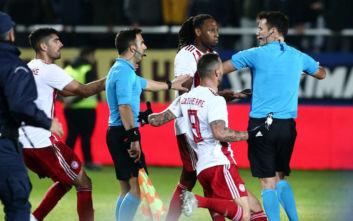 Ολυμπιακός: Χάνει το ντέρμπι με την ΑΕΚ ο Σεμέδο, δέχθηκε κόκκινη μετά το τέλος του ματς