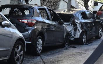 Εικόνες από τα πυρπολημένα αυτοκίνητα στο Κολωνάκι