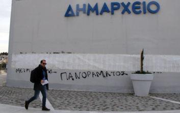 Θεσσαλονίκη: Χτύπησαν φύλακα σε δημαρχείο και έγραψαν συνθήματα
