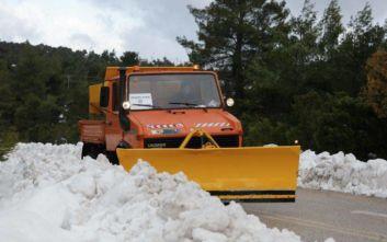 Εκχιονιστικά μηχανήματα στον Δήμο Μάνδρας-Ειδυλλίας για περαιτέρω καθαρισμό των δρόμων