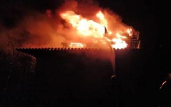 Απίστευτες εικόνες από φλεγόμενο σπίτι στη Ραφήνα