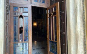 Άνδρας επιτέθηκε με λοστό στη Μητρόπολη Αθηνών