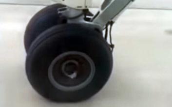 Αεροπλάνο χάνει την ρόδα στον αέρα αλλά ο πιλότος δεν πτοείται