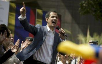 Βενεζουέλα: Μπήκε στην Εθνοσυνέλευση και ορκίστηκε πρόεδρος ο Γκουαϊδό