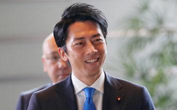 Ιάπωνας υπουργός παίρνει άδεια πατρότητας και προκαλεί ποικίλες αντιδράσεις