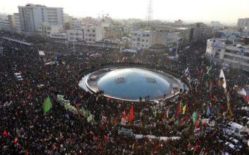 Χιλιάδες άνθρωποι κατέκλυσαν το κέντρο της Τεχεράνης για τον Κασέμ Σουλεϊμανί