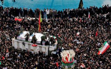 Ιράν: Χιλιάδες άνθρωποι υποδέχονται τη σορό του Κασέμ Σουλεϊμανί στη γενέτειρά του