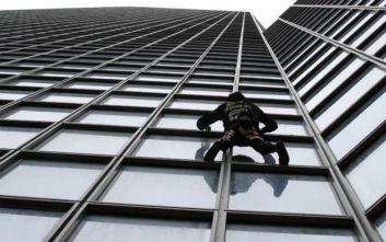 Ο «Γάλλος Spiderman» αναρριχήθηκε σε ουρανοξύστη 48 ορόφων για συμπαράσταση στους απεργούς