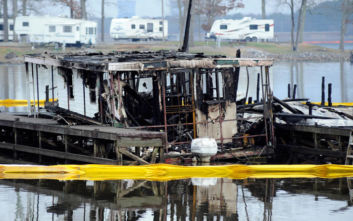 Φρίκη στον ποταμό Τενεσί, κάηκαν ζωντανοί στα πλωτά σπίτια τους