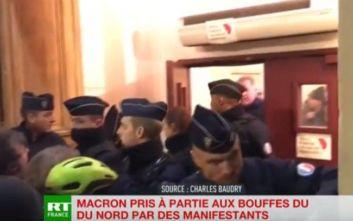 Φυγάδευσαν τον Μακρόν από θέατρο στο οποίο επιχείρησαν να εισβάλλουν διαδηλωτές