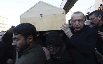 Σεισμός στην Τουρκία: Συντετριμμένος ο Ερντογάν στην κηδεία θύματος-Σήκωσε το φέρετρο