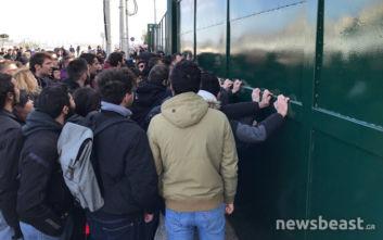 Ένταση με φοιτητές έξω από το υπουργείο Παιδείας, προσπαθούν να ανοίξουν την πύλη