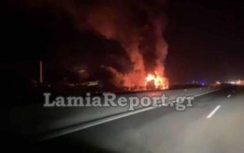 Φωτιά σε νταλίκα στην Αθηνών - Λαμίας: Σε 2 ώρες θα αποκατασταθεί η κυκλοφορία