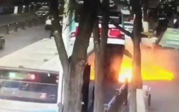 Ο δρόμος άνοιξε και «κατάπιε» λεωφορείο στην Κίνα, έξι νεκροί