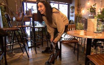 Η γυναίκα που έχει προσθετικό πόδι φτιαγμένο από τσάνταLouis Vuitton