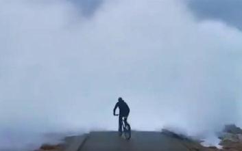 Τεράστιο κύμα κατάπιε ποδηλάτη σε προβλήτα