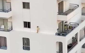 Βίντεο που κόβει την ανάσα δείχνει κοριτσάκι να περπατάει σε περβάζι του 4ου ορόφου