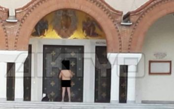 Σέρρες: Γυμνός άνδρας μπροστά από την είσοδο της Μητρόπολης