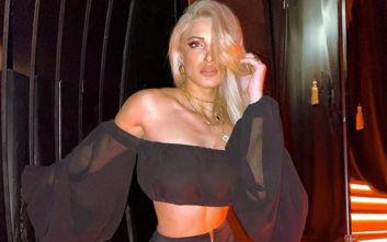 Η Ιωάννα Τούνη με σέξι μαγιό και μαύρο γούνινο σκούφο
