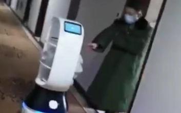 Ρομπότ πηγαίνουν φαγητό σε ανθρώπους σε καραντίνα εξαιτίας του κοροναϊού