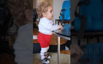 Συγκινητικό βίντεο: Ο μικρός Παναγιώτης - Ραφαήλ στέκεται στα πόδια του