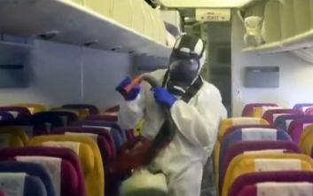 Κοροναϊός: Αεροπορικές κόβουν τα ζεστά γεύματα, τις κουβέρτες και τα περιοδικά σε πτήσεις