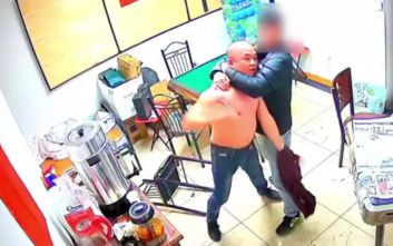 Έσκισε την μπλούζα του εξοργισμένος και επιτέθηκε σε άνδρα με ψαλίδι