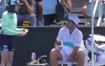 Australian Open: Γάλλος τενίστας ζήτησε από κορίτσι να του καθαρίσει την μπανάνα