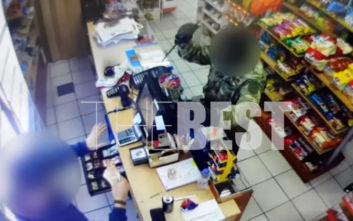 Βίντεο ντοκουμέντο από ληστεία στην Πάτρα: Ο δράστης απειλεί με μεγάλο μαχαίρι τον υπάλληλο