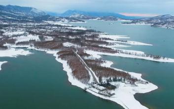 Εντυπωσιακές εναέριες εικόνες από την κατάλευκη λίμνη Πλαστήρα