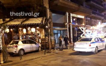 Αυτοκίνητο έπεσε σε τραπεζοκαθίσματα στο κέντρο της Θεσσαλονίκης