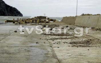 Εύβοια: Τα μανιασμένα κύματα και οι θυελλώδεις άνεμοι «προσγείωσαν» βράχους στο λιμάνι