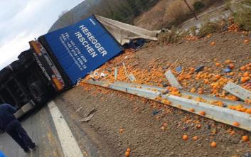 Ντελαπάρισε νταλίκα και γέμισε ο δρόμος πορτοκάλια