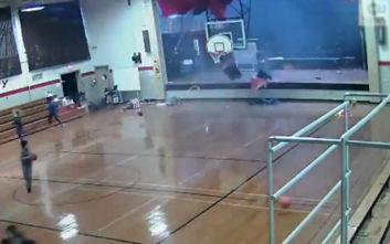 Η στιγμή που ανεμοστρόβιλος «χτυπάει» γυμναστήριο σχολείου, οι μαθητές τρέχουν να σωθούν