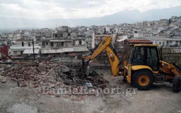 Ο δήμος γκρεμίζει ετοιμόρροπα κτίσματα - στέκια τοξικομανών στο κέντρο της Λαμίας